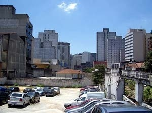 O vazio no Bixiga, ao lado do Teatro Oficina, onde vai ser implantado o shopping<br />Foto Merten Nefs, fev. 2005