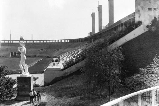 Estádio e complexo poliesportivo do Pacaembu, época da inauguração, São Paulo, anos 1940<br />Foto divulgação  [Acervo FAU USP / livro <i>Museu do Futebol</i>]