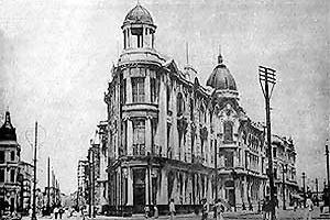 O Recife Novo visto da Praça Rio Branco. O edifício eclético original é o segundo à direita  [Departamento de Iconografia da Fundação Joaquim Nabuco]