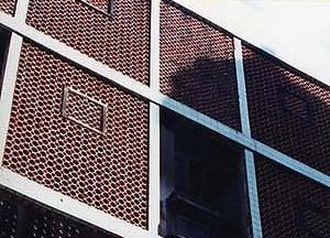 Detalhe da fachada em cobogó com falsas aberturas
