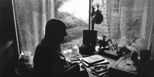 Neruda en su escritorio de Isla Negra<br />Foto Luis Poirot