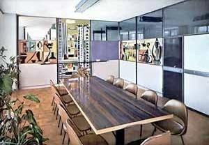 Salão para reuniões dos escritórios Olivetti no Edifício Conde de Prates com mesa em ferro e jacarandá da Bahia. Painéis de Bramante Buffoni, 1957 [Habitat n. 49, 1958]
