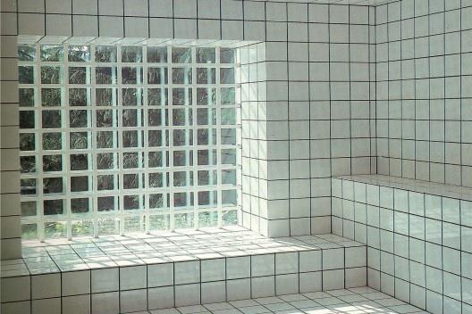 Patrick Raynaud, La Maison de Jean-Pierre Raynaud, Concreto e cerâmica, 1970, Saint-Cloud. [Fonte: HUCHET, S. Intenções Espaciais. P. 235.]