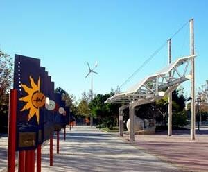 Pérgola fotovoltaica e aerogerador na Praça da Ciência, Murcia, Espanha [ARGEM – Agencia de Gestión de Energía de la Región de Murcia]