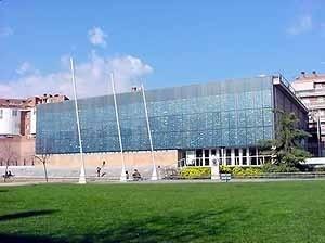Fachada com painel fotovoltaico. Biblioteca Pompeu Fabra de Mataró, Espanha, 1998. Arquiteto Miquel Brullet [Biblioteca Pompeu Fabra de Mataró, Catalunha, Espanha. Ana Rosa de Oliveira]