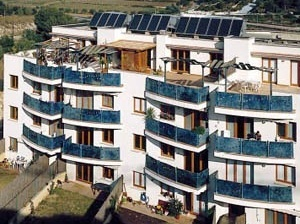 Edificio Plurifamiliar Bioclimatico, com sistema de energia solar térmica, zona residencial Els Molins Sitges, Espanha  [ICAEN – Institut Català d'Energia]