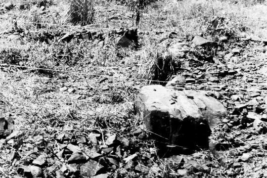 Pedra com furo para banana de dinamite, Campus da PUC-Campinas, Campinas, 1978<br />Foto Christian Knop