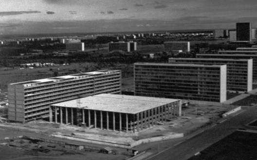 Palácio do Itamaraty visto do Congresso Nacional<br />Foto de Milton Ramos, acervo do arquiteto.