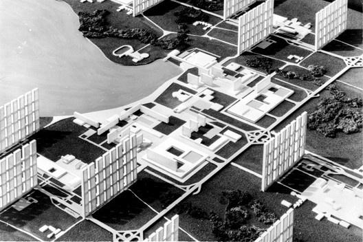 Concurso do Plano Piloto de Brasília, vista da maquete do setor de habitação intensiva, 1957. Rino Levi e equipe, 3º e 4º colocados reunidos