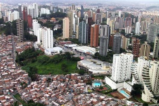 Prédios de luxo e favela, bairro do Panambi, São Paulo<br />Foto Nelson Kon