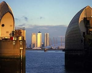 Torre Canary Wharf, de Cesar Pelli, e o Millenium Dome, de Richard Rogers [Fellwalk]