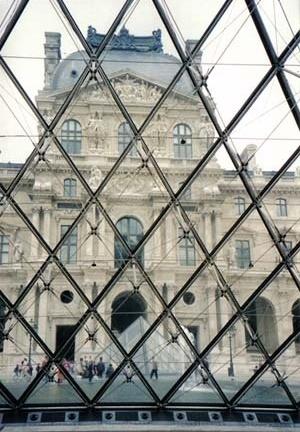 Pirâmide do Louvre, Paris. Arquiteto I. M. Pei<br />Foto AG