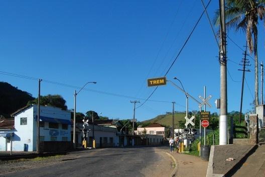 Travessia de via férrea no centro urbano de Matias Barbosa<br />Foto Fábio Lima