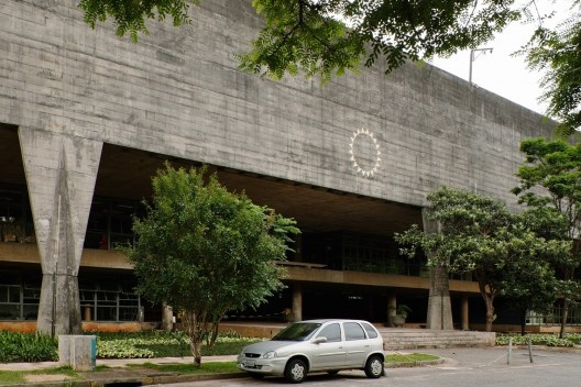 Símbolo da FAU USP na empena da elevação principal do edifício da FAU USP, projeto dos arquitetos Vilanova Artigas e Carlos Cascaldi<br />Foto Nelson Kon