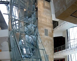Interior, com passarelas e acesso vertical