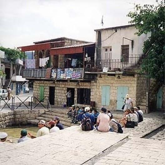 A praça de um dos povoados da Galiléia: uma fonte natural é aproveitada com expedientes modestos, como o chafariz