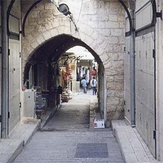 """""""Shuk"""" (bazar) de Nazareth. Pode-se ver algo do trabalho de recuperação: ordenamento da pavimentação, abolição dos letreiros visualmente poluentes e intervenções improvisadas (fios, tubulações, acréscimos ofensivos etc.)"""