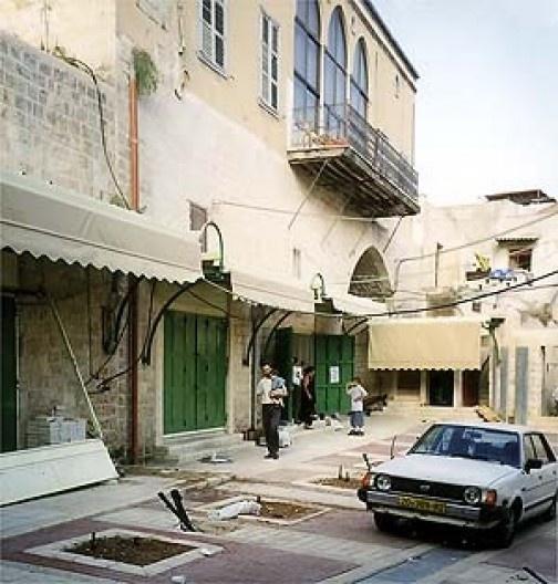 Vistas de edifícios destinados a tombamento ou em fase de recuperação. É comum a sacada com tríplice arcada de janelas em ogiva, evocativa da arquitetura veneziana