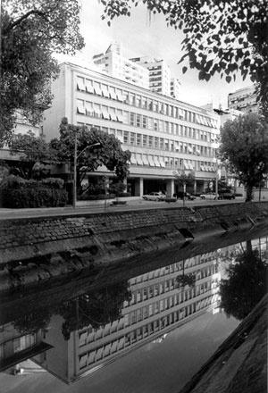 Edificação com quatro pavimentos e de quatro pavimentos mais pilotis e cobertura, Beto Felício, 2004