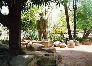 No jardim central da Praça fica a estátua do sertanejo, junto à árvore e pedras [Ana Rita Sá Carneiro]