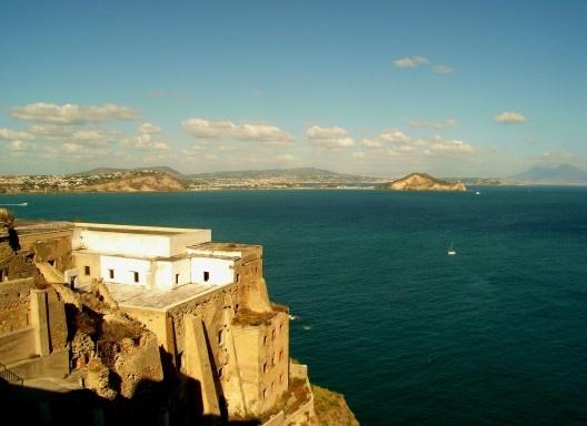 Panorâmica do golfo de Nápoles e Pozzuoli, vista do Cabo Miseno da ilha de Procida, Itália<br />Foto Enrico Viceconte  [Wikimedia Commons]