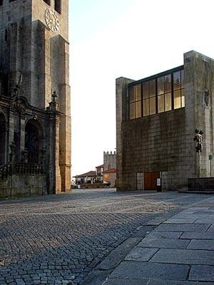 Fig. 26 - Casa dos 24, fachada Nascente e vista parcial da galilé da Sé Catedral<br />Foto Francisco Portugal e Gomes