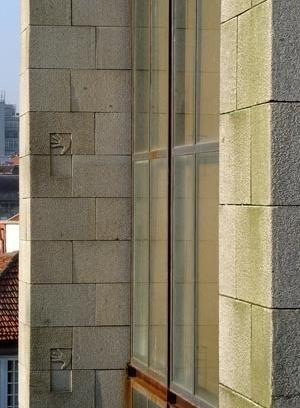 Fig. 27 - Casa dos 24, fachada Poente, com pormenores do palmo gravado no granito<br />Foto Francisco Portugal e Gomes