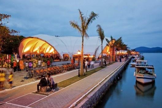 Flip 2011, calçadão na beira do rio e instalações efêmeras, Paraty<br />Foto Nelson Kon