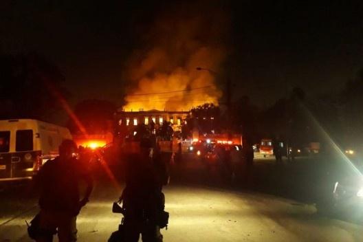 Bombeiros combatendo incêndio no Museu Nacional no Rio de Janeiro<br />Foto Vitor Abdala  [Agência Brasil]