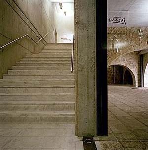Museu Picasso, piso térreo com seus arcos antigos e escada nova<br />Foto: Institut Amatller d'Art Hispànic / Arxius MAS / Arxiu Fotogràfic Municipal