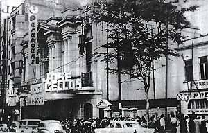 """Foto histórica do Cine-teatro Paramount, fachada em 1963 [jornal """"O Estado de São Paulo""""]"""
