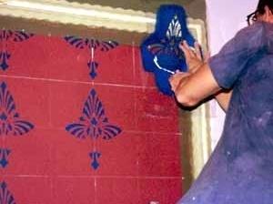 Execução da pintura de recomposição dos elementos cromáticos decorativos, pormenor de aplicação das máscaras<br />Foto Haroldo Gallo