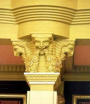 Pormenor da carranca e colunas restauradas<br />Foto Haroldo Gallo