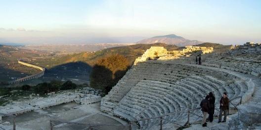 Ruínas de Teatro Grego, sítio arqueológico de Segesta, Sicília, Itália. Foto Victor Hugo Mori<br />Foto Victor Hugo Mori