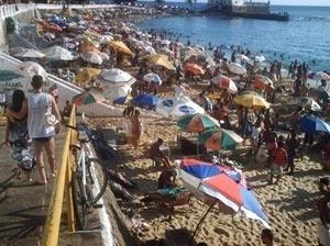 Vendedores ambulantes no Porto da Barra<br />Foto do autor