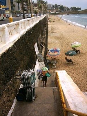 Locação de cadeiras na praia do Farol da Barra<br />Foto do autor
