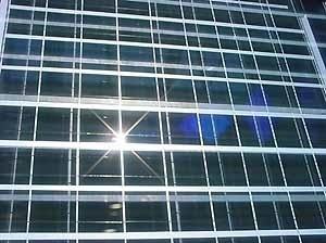 Fachada com módulos fotovoltaicos<br />Fotos Oscar Aceves TFM
