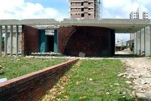 Residência da Av. Epitácio Pessoa em demolição, Arquiteto Gil Acácio Borsoi. Dois painéis de Brennand, que seriam demolidos, serão doados à UFPB