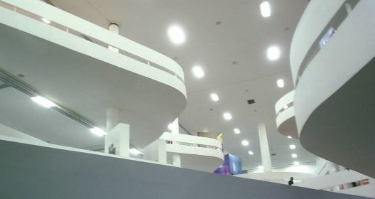 Saguão central do edifício da Bienal de São Paulo, de Oscar Niemeyer<br />Foto Gaf.arq  [Wikimedia Commons]