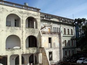 Antiga Escola de Artes e Ofícios Hugo Taylor, desconfigurada ao longo dos anos por incêndios e acréscimos. Sua requalificação através de usos compatíveis não é incentivada<br />Foto autores, 2006