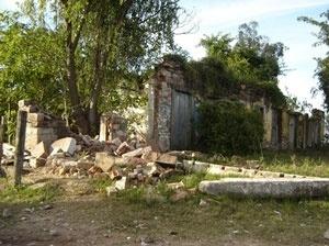 Foto atual das ruínas da Sotéia, após a remoção criminosa de sua última coluna restante<br />Foto Anallu Rosa Barbosa, 2006