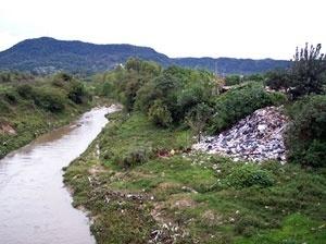 Deposição de lixo na margem do Arroio Cadena, na Vila Oliveira<br />Foto autores, 2005