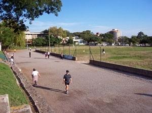 Pista de caminhada do Centro Desportivo Municipal; área verde pública destinada ao lazer, à recreação e ao esporte, ameaçada pela possível construção de um Centro de Eventos<br />Foto autores, 2006