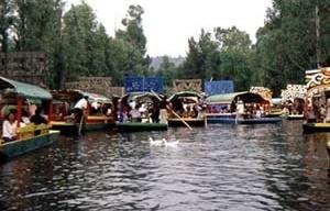 """Xochimilco, Cidade do México. Canais de água entre as """"chinampas"""" arborizadas"""