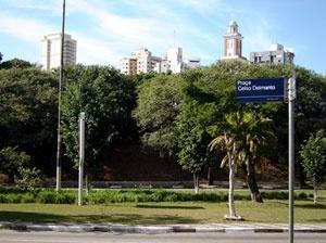 Praça Celso Delmanto - cruzamento das avenidas Paulo VI e Henrique Schauman, em São Paulo. Sua origem (e única utilização) é a de ilha de separação de tráfego de veículos