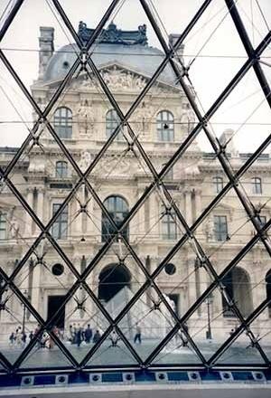 Ampliação do Museu do Louvre, Paris, França. Arquiteto I. M. Pei<br />Foto A. Guerra