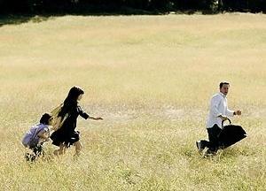 A família nuclear estadunidense corre pelos campos nada idílicos de Fim dos Tempos [divulgação do filme]