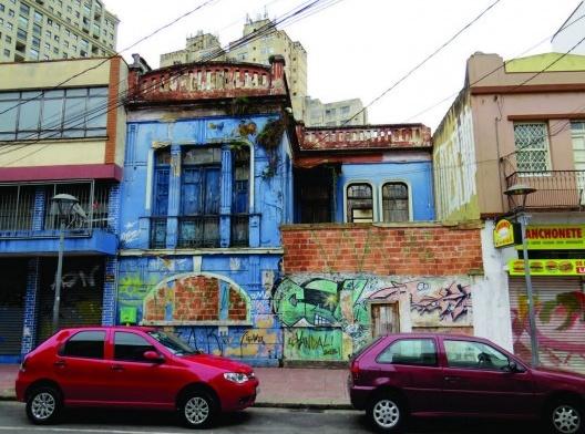Sobrado localizado na rua Riachuelo em completo estado de abandono e arruinamento das estruturas internas<br />IPPUC, 2018