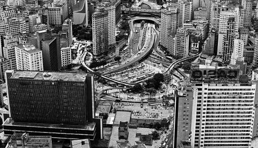 """Vista aérea de São Paulo<br />Foto Nelson Kon  [livro """"São Paulo, uma biografia""""]"""