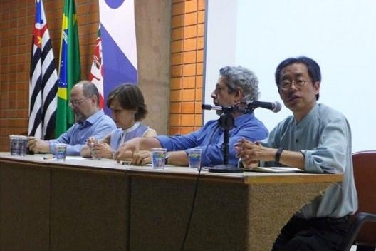 Hugo Segawa coordena mesa de debate com as presenças de Abilio Guerra, Monica Junqueira de Camargo e Renato Anelli, Encontro Núcleo Docomomo-SP 2015<br />Foto André Marques